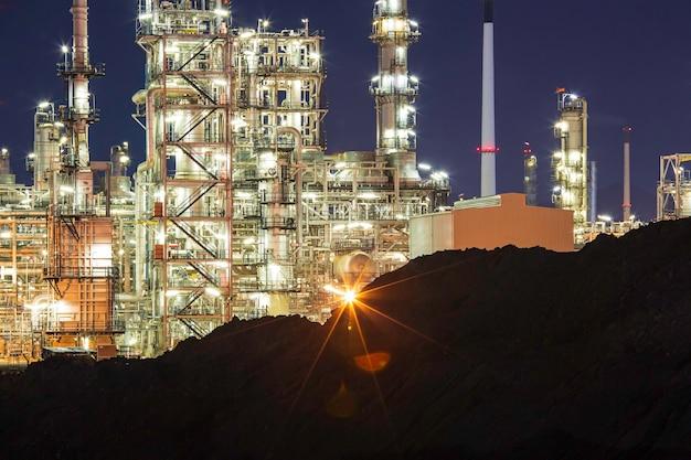 Scène nocturne de l'usine de raffinerie de pétrole et de la colonne de tour de l'industrie pétrochimique dans la construction du site