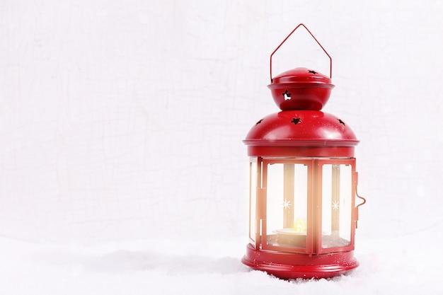 Scène de noël. conception de carte de voeux de vacances avec la neige de lanterne rouge