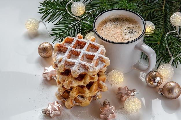 Scène de noël. gaufres pour le petit déjeuner avec du café.