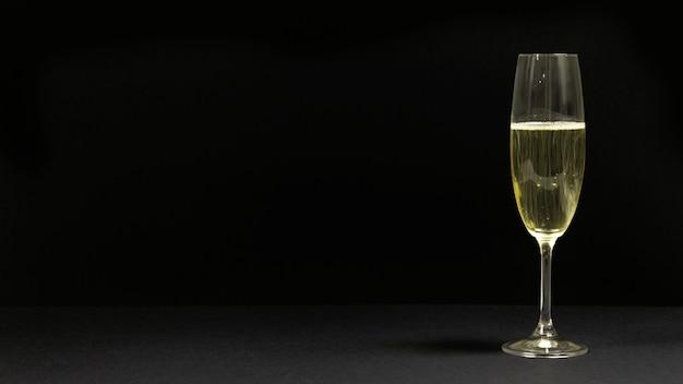 Scène noire avec une coupe de champagne.