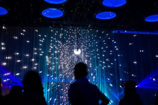 Scène de nuit concept flou en concert fête avec public silhoette.