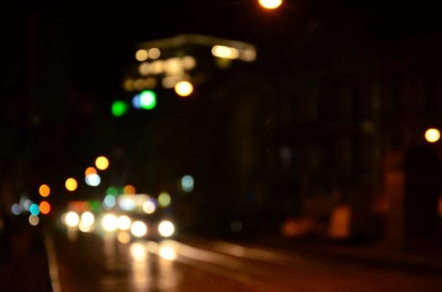 Scène de nuit floue de la circulation sur la chaussée.