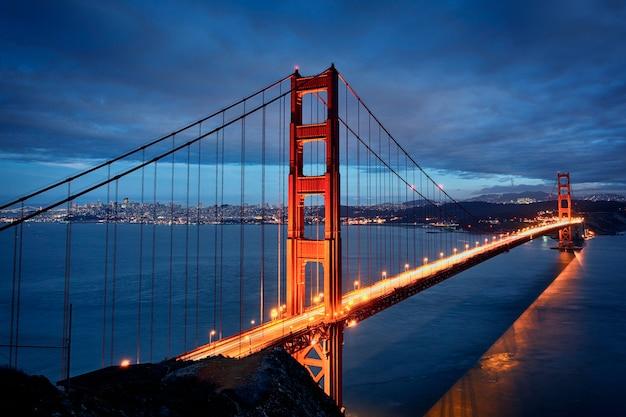 Scène de nuit avec le golden gate bridge et les lumières de san francisco