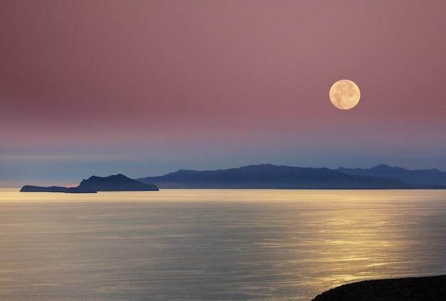 Scène de nuit-lune sur le lac