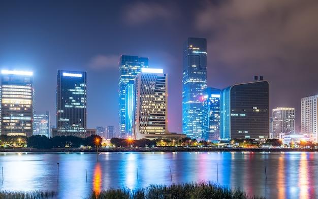 Scène de nuit de la ville de fuzhou et bâtiments modernes au bord de la rivière
