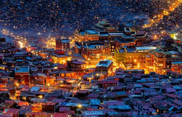 Scène de nuit vue de dessus à larung gar (académie bouddhiste) dans le sichuan, en chine