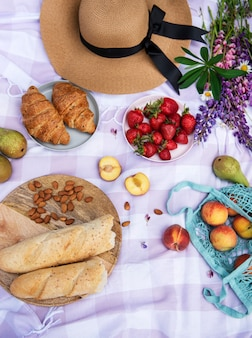 Scène de pique-nique romantique le jour d'été. pique-nique en plein air avec du vin et un fruit en plein air sur fond d'herbe verte.