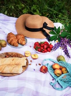 Scène de pique-nique romantique le jour d'été pique-nique en plein air avec du vin et un fruit