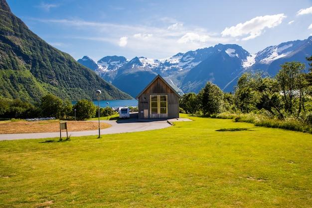 Scène pittoresque du village d'urke et du fjord hjorundfjorden, norvège.