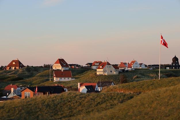 Scène pittoresque de maisons blanches sur la colline à lonstrup, danemark
