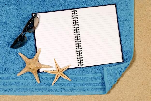 Scène de plage avec un livre blanc