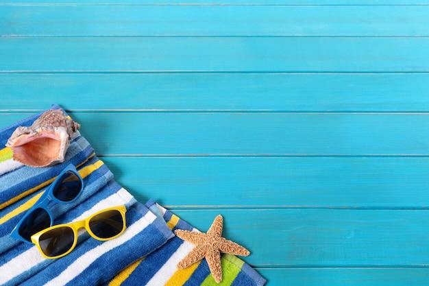 Scène de plage avec lunettes de soleil