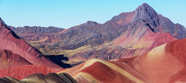Scène de randonnée à vinicunca, région de cusco, pérou. montana de siete colores, rainbow mountain.