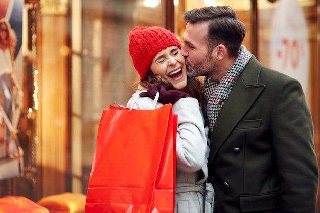 Scène romantique pendant les achats d'hiver