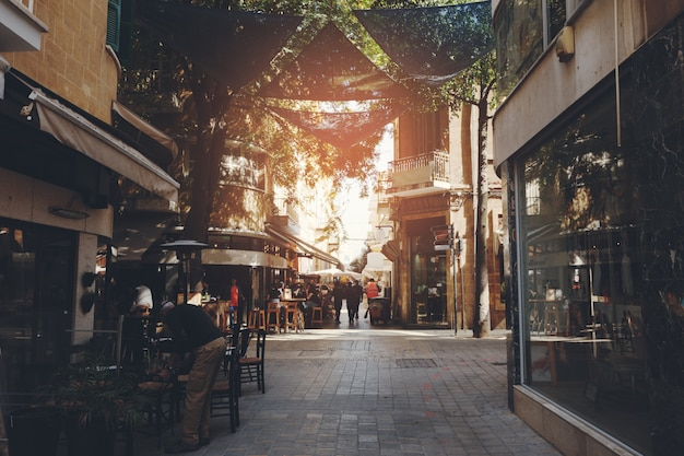 Scène de rue dans une vieille ville d'europe