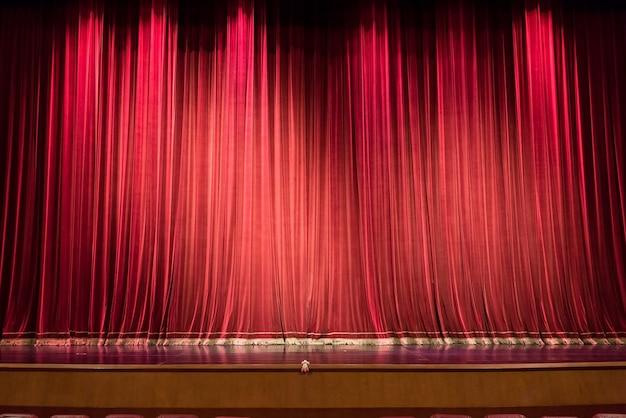 Scène de théâtre vide et rideau rouge ou fond de rideaux