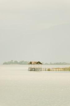 Scène tranquille d'un lac