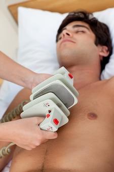 Scène d'urgence: médecin utilisant un défibrillateur