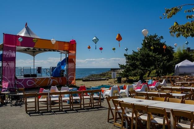 La scène vide après les vacances, les boules, les tables vides, les chaises. les invités sont partis.