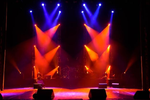 Scène vide avec des projecteurs