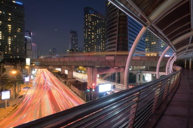 Scène de ville de nuit de bangkok avec sentier de lumière de chat et bâtiment moderne est le quartier des affaires