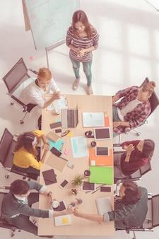 Scène vue de dessus des gens d'affaires asiatiques et multiethniques avec un costume décontracté assis
