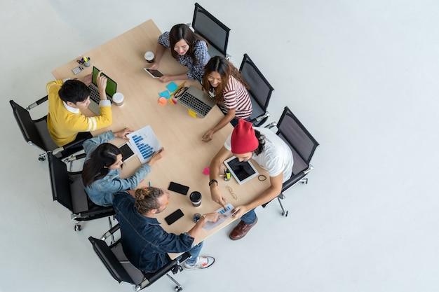 Scène vue de dessus des gens d'affaires asiatiques et multiethniques travaillant avec une action heureuse