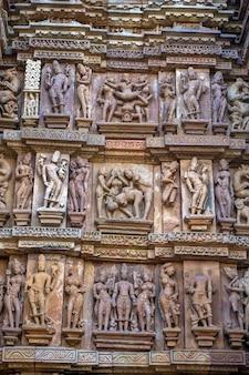 Scènes de sexe de khajuraho, célèbre projet artistique sur les murs d'un temple historique en inde.