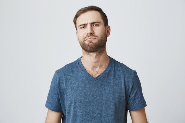 Sceptique barbu sérieux méditant