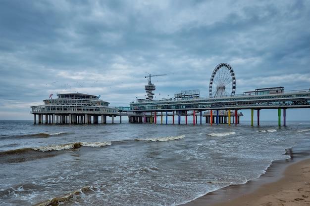 Le scheveningen pier strandweg, station balnéaire sur la mer du nord à la haye den haag avec grande roue.