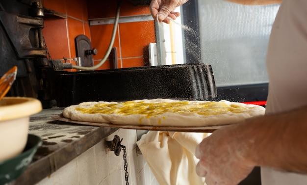 Schiacciata est une sorte de pain fabriqué en toscane, en italie.