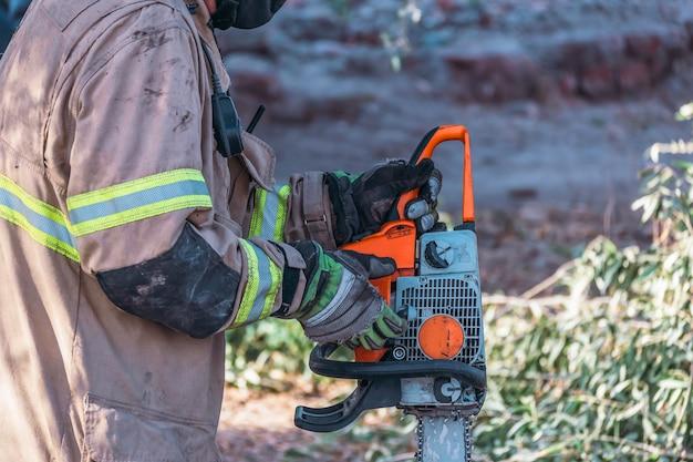 Scie à chaîne à partir de pompier, en sauvetage.