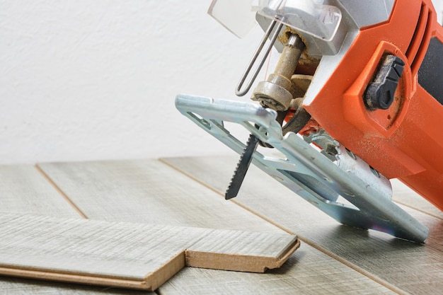 Scie à chantourner électrique sur un espace de copie de surface en bois