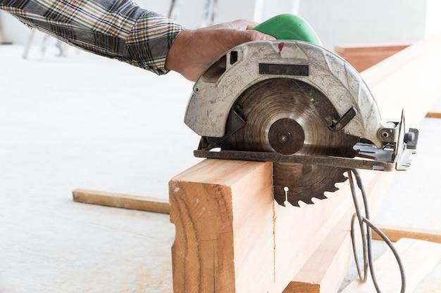 Scie circulaire électrique, dans, construction, buil, escalier bois