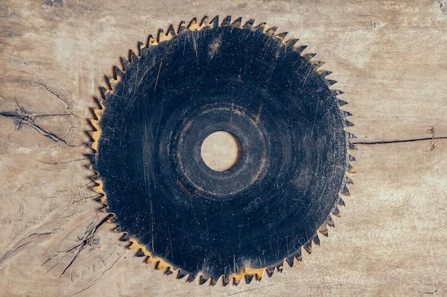 Scie circulaire à lame ronde sur le fond de la table en bois