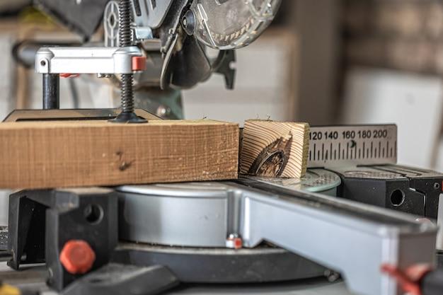 Scie circulaire à onglets photographiée dans l'ambiance de l'atelier.