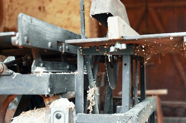 Scie circulaire pour la transformation du bois. ancienne circulaire. atelier de charpentier