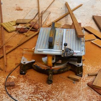 Scie circulaire à table, outil de charpentier et sciure de bois