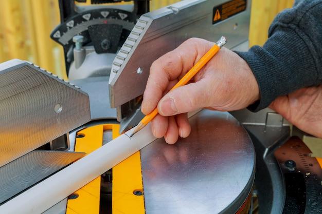Scie à onglets et bois coupé