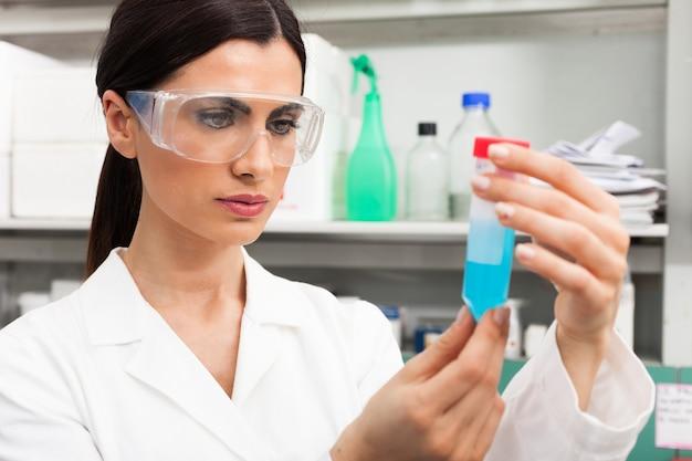Scientifique au travail dans un laboratoire