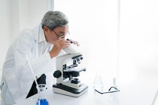 Scientifique au travail dans son laboratoire