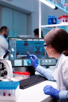 Scientifique biochimiste travaillant en laboratoire pour découvrir une technologie pour un virus