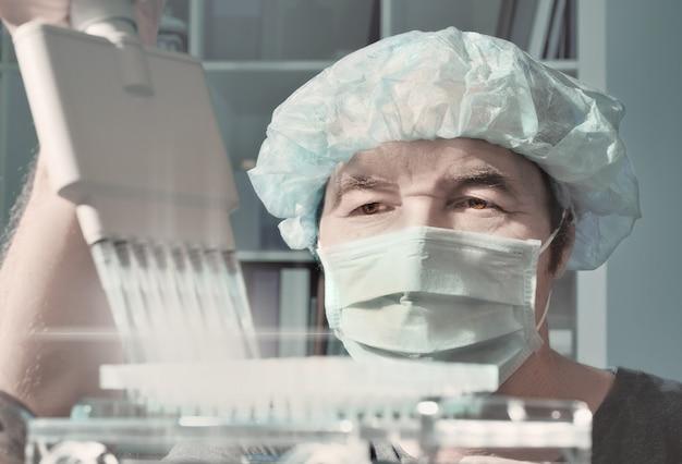 Un scientifique chevronné charge des échantillons pour l'analyse de l'adn