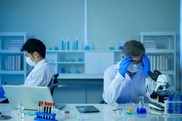 Scientifique déprimé et stressant dans le concept de soins de santé en laboratoire, science et technologie