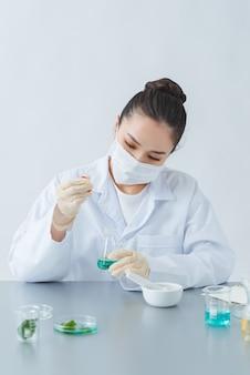 Le scientifique, dermatologue fabriquant un produit naturel biologique en laboratoire