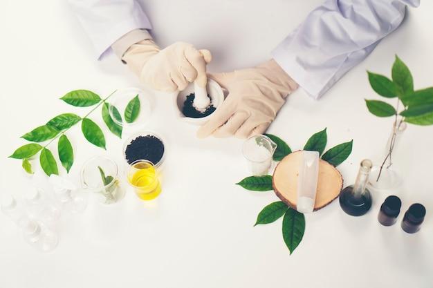 Le scientifique, docteur, fabrique une médecine alternative aux herbes