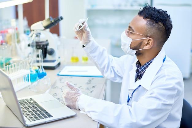 Scientifique du moyen-orient travaillant en laboratoire