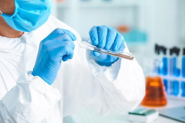 Scientifique étudiant des échantillons de sol en laboratoire