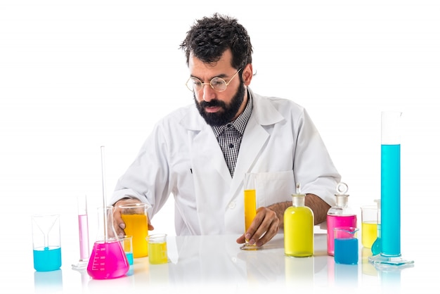 Scientifique homme avec des éprouvettes