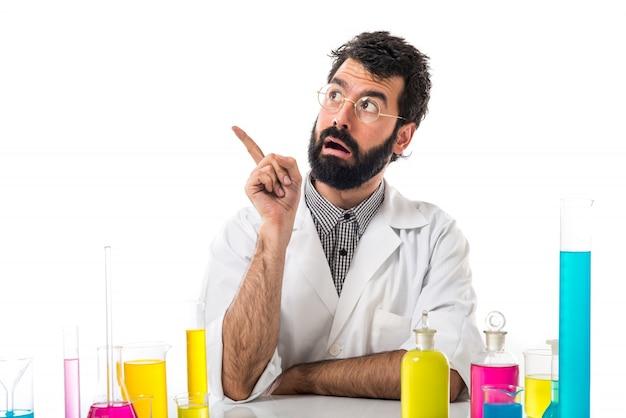 Scientifique homme pensant